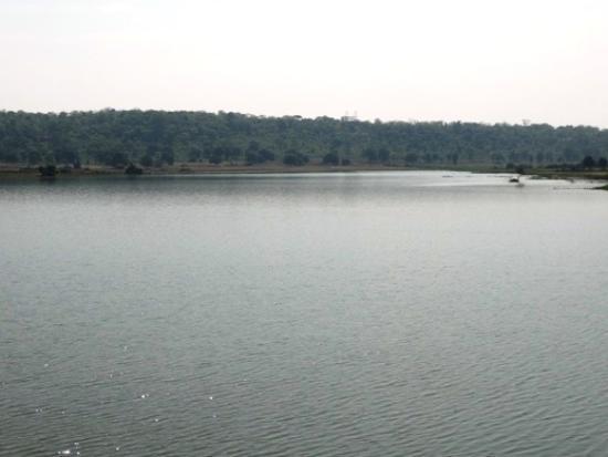 Chanderi, Hindistan: The lake besides ramnagar palace