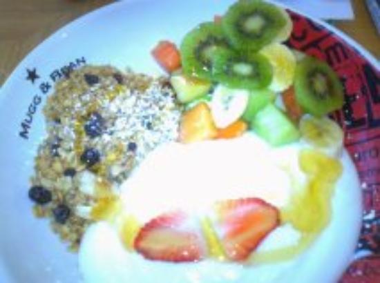 Mugg & Bean: my tropical breakfast (large plate)