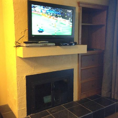 Whistler Village Inn + Suites: TV, fireplace, dresser, storage