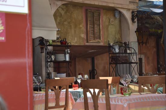 Уютная атмосфера в кафе Villa Corleone