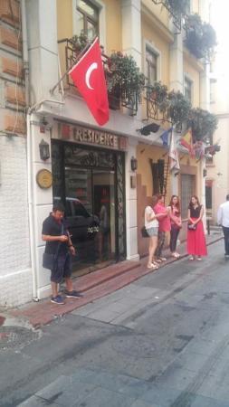 Hotel Residence Istanbul: Собираемся у входа в отель перед экскурсией