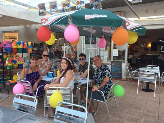 Chepas Bar Cafe: Party Time