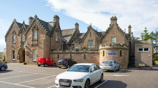 BEST WESTERN PLUS Inverness Lochardil House Hotel : The historic and primary part of the hotel. Across the lot is the newer set of rooms.