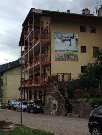 Capriana, Италия: Aanzicht Hotel Dolomiti  van noorzijde