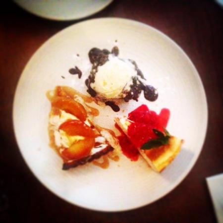 Lawrie's Bistro and Coffee House: Sharing desserts