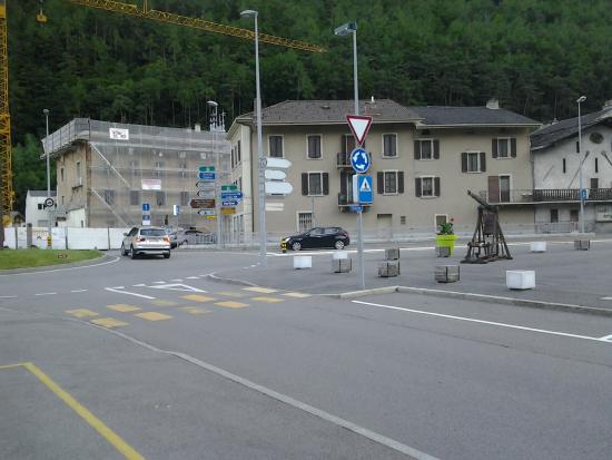 Hotel du Forum : hotel ligt aan deze weg tegenover het oude centrum