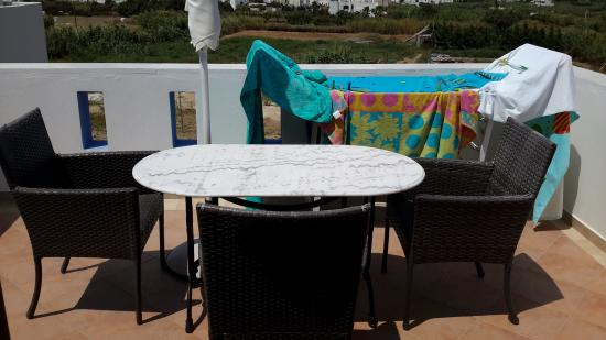 Margaritari Hotel: Balcony furniture, includes umbrella, towel rack