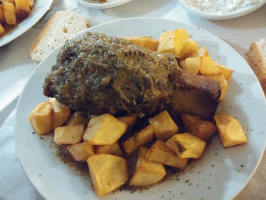 Ampeliki Restaurant: Stinco di maiale con sugo al rosmarino e contorno di patate