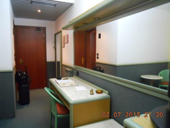 Alfa Fiera Hotel : Scrivania, grande specchio