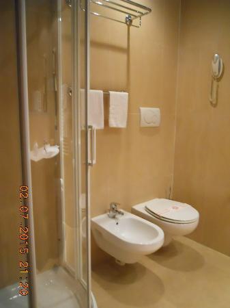 Alfa Fiera Hotel : bagno grande e pulito