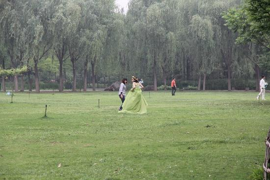 Xiyuan Park: Лесная фея в парке на фотосессии