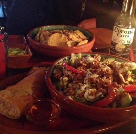 Mango's Cantina y Bar: Nachos con carne, goat cheese salad and Corona!