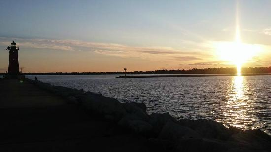 Comfort Inn Manistique: Lighthouse at sunset
