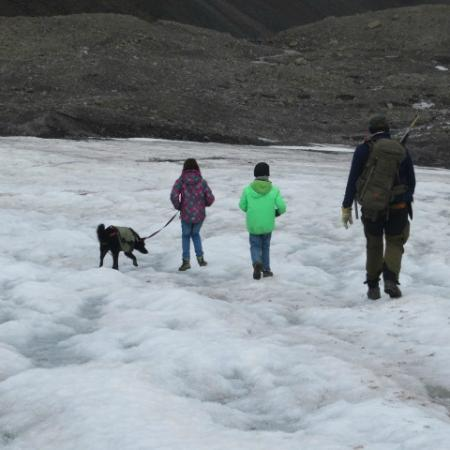 سفالبارد, النرويج: Wanderung im Schnee