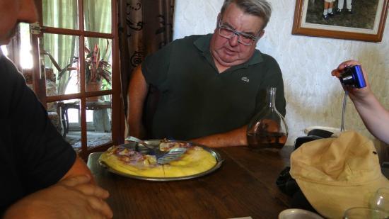 """Saint-Rabier, Francia: Le Patron, fort sympathique, un brin de causette à touts les tables avec sa """"gniole"""""""
