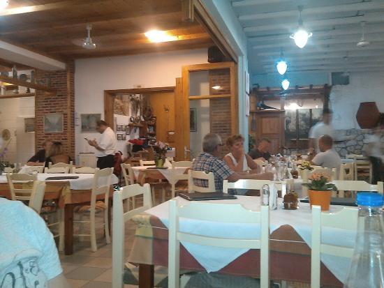 West Crete Restaurant: Внутренний и внешний залы