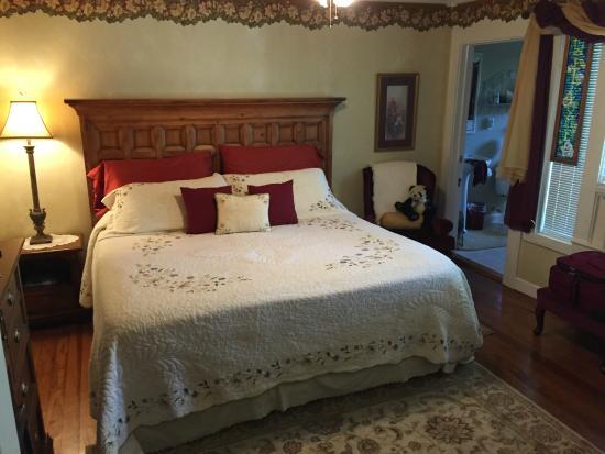 Fibber MaGee's Riverfront Inn: Very nice bedroom