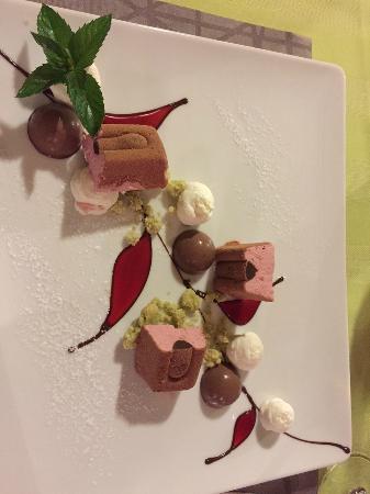 Himbeer - Framboiseparfait mit Schokoladen Pannacotta  &  Zitronenmelissencrumble