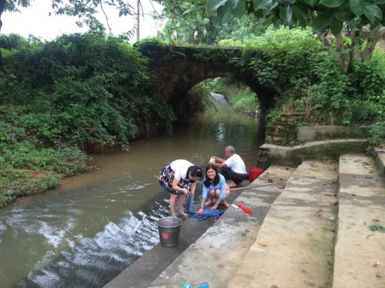 Chaling County, จีน: Women washing clothes in the river
