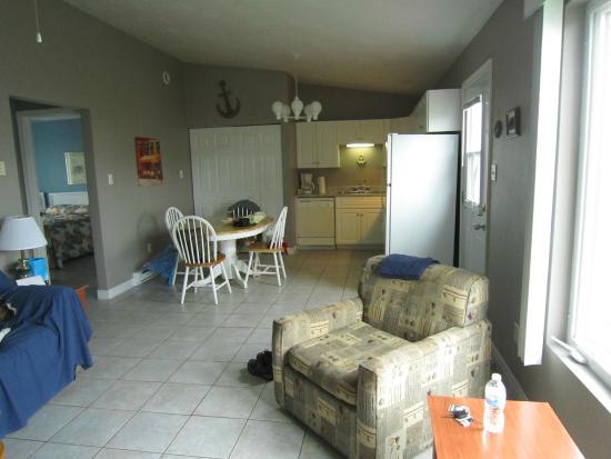 Intérieur du chalet: salon et salle à manger/cuisine - Picture of ...