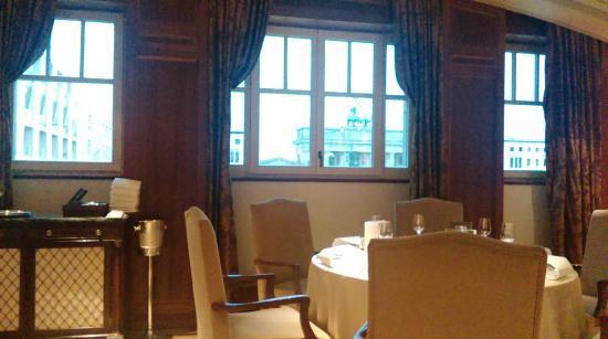 Lorenz Adlon Esszimmer: Seitenzimmer (Bibliothek) Mit Blick Auf Das  Brandenburger Tor