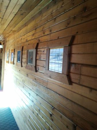 Livingston Inn Motel: hallway similar decore to rooms