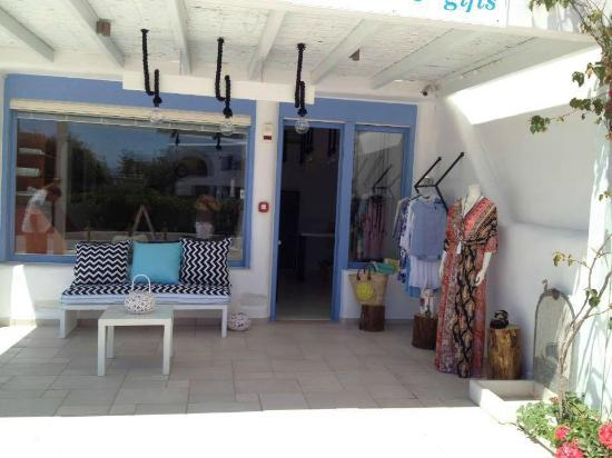 Agios Prokopios Beach: posh pop up store