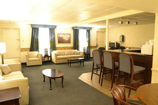 Truman Hotel and Conference Center: Large Hosptiality Suite with adjoining sleeping room