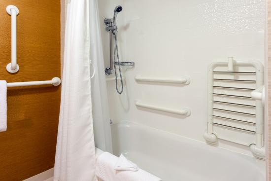 Fairfield Inn & Suites Chicago Midway Airport : Accessible Guest Bathroom