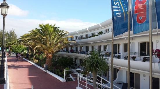 Barlovento : Blick von der Stasse auf den Hoteleingang und einige Zimmer