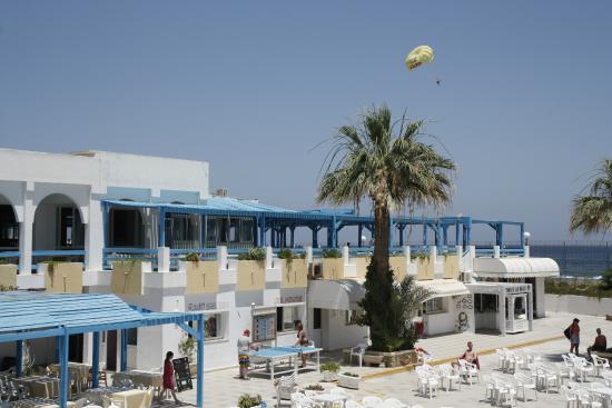 المرادي كلوب سليمة: la terrasse du restaurant avec, en arrière plan une des actiités proposées à la base nautique