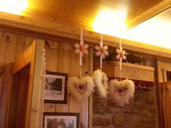 Ristorante al Verle: bellissime le pareti interne del ristorante con tutti questi bellissimi addobbi