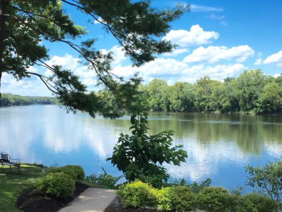 Yardley Inn: Delaware River backdrop