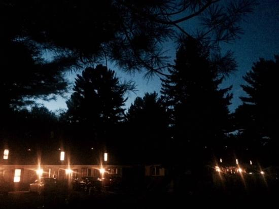 Pocono Pines Motor Inn & Cottages: Looking at the front of hotel just after sunset