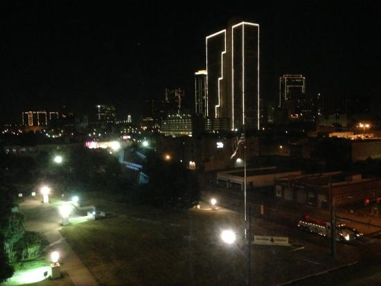 Holiday Inn Express Hotel & Suites Fort Worth Downtown: Evening City View From 6th Floor Guest Room