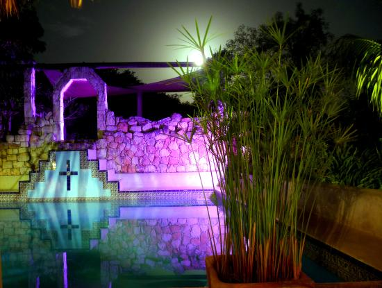 Hacienda Hotel Santo Domingo : Mayan pool illuminated