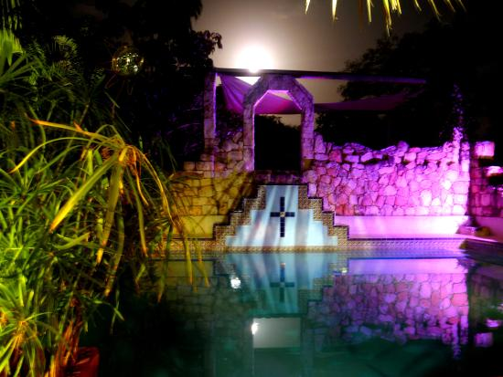 Hacienda Hotel Santo Domingo: Mayan pool illuminated
