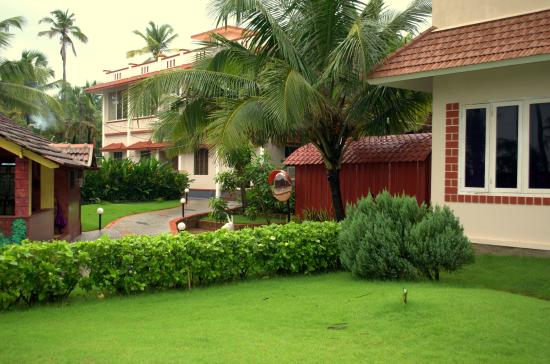 Asokam Beach Resort: Courtyard