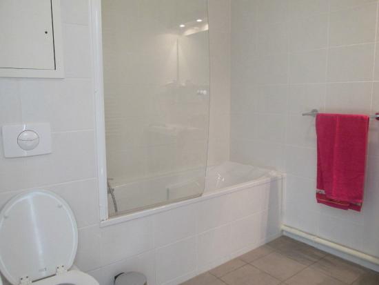 salle de bain picture of appart 39 city mulhouse centre. Black Bedroom Furniture Sets. Home Design Ideas