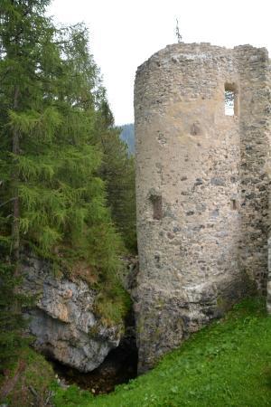 Livinallongo del Col di Lana, Italia: Torre e fosso del torrente