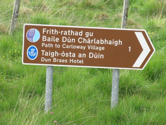 Carloway, UK: Marker for trail from Tolsta Chaolais to the Hotel