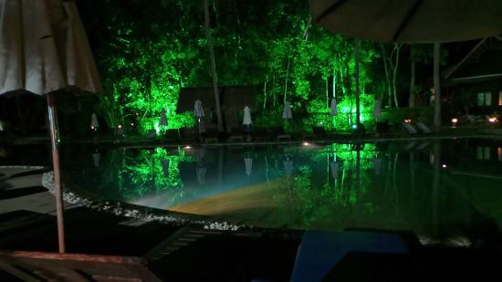 Bang Saphan, Thaïlande : la piscine de nuit