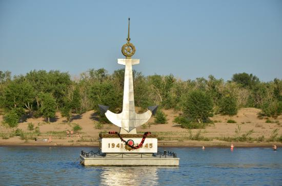 ‪Monument to Fallen River Workers on Volga‬
