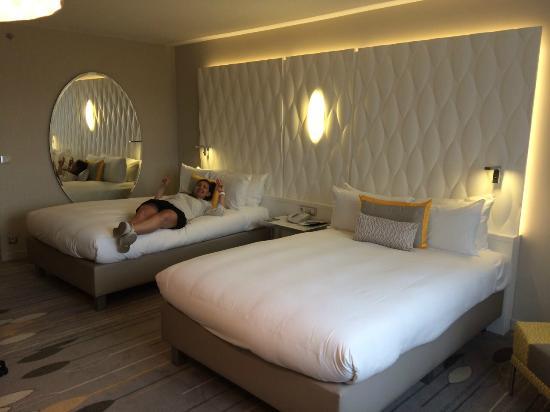 chambre familiale picture of renaissance aix en provence hotel aix en provence tripadvisor. Black Bedroom Furniture Sets. Home Design Ideas