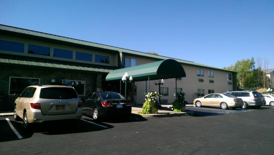 Harvest Inn Motel: Outside front.