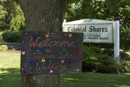 Colonial Shores Resort: sign in front