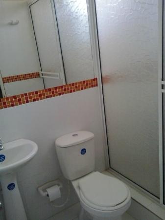 High Park Hotel: Baño en cada habitación