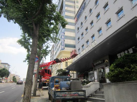 New Hilltop Tourist Hotel: Отель снаружи