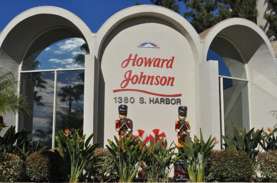 balcony end of room picture of howard johnson anaheim. Black Bedroom Furniture Sets. Home Design Ideas