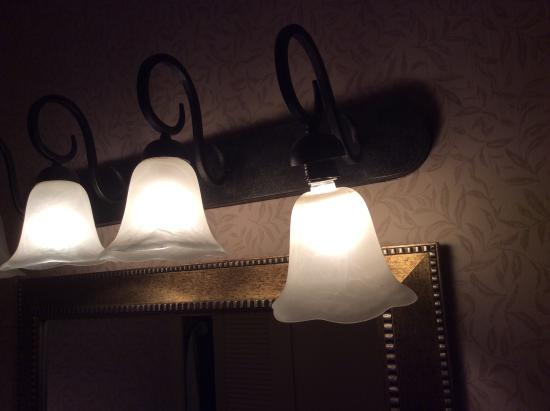 Bathroom light fixture picture of red lion hotel kelso for Bathroom 4 less review